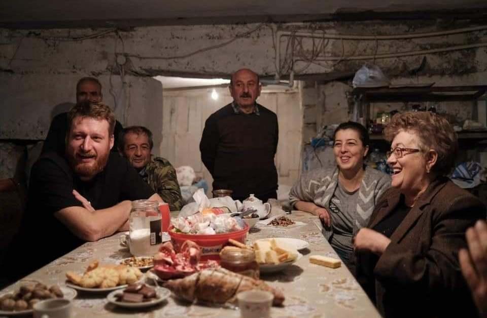 Անընդհատ ինչ-որ բան է պայթում, իսկ նրանք նկուղը դարձրել են ապաստարան բնակարան և նստած անեկդոտներ են պատմում․ ռուս լրագրողը՝ արցախցիների մասին
