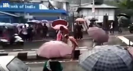 17-ամյա աղջկան բռնաբարած 2 տղամարդկանց մերկ դուրս են բերել փողոց, որտեղ անցորդները հարվածներ են հասցրել նրանց (տեսանյութ)
