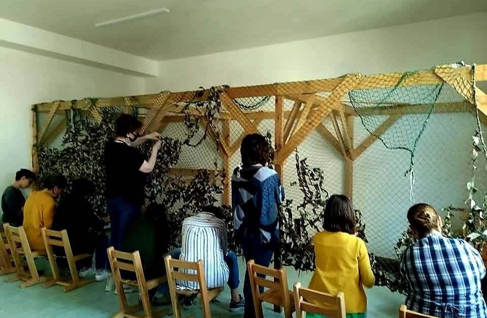 Ուսուցիչները, ի հաշիվ արձակուրդի, սահմանը պահող զինվորների համար քողարկող ցանցեր են հյուսում