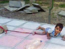Этот маленький ребенок связать в середине оживленной улицы, вы будете удивлены, узнав почему