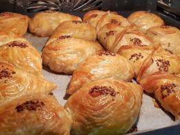 Շերտավոր խմորով այս համեղ և փափուկ թխվածքաբլիթները պատրաստվում են շատ արագ և պարզ եղանակով