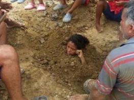 Այս աղջկա հայրը մինչև պարանոցը աղջկան թաղեց հողի մեջ և 3 օր շարունակ թողեց այդպես իսկ թե ինչ եղավ հետո,դիտեք ինքներդ(շոկային տեսանյութ)
