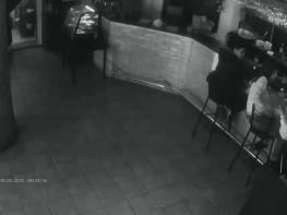 Մատուցողուհու արձագանքը, երբ տղան «ձեռք է գցում». Շոկային տեսանյութ