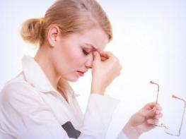 Простая и полезная техника массажа для снятия усталости глаз