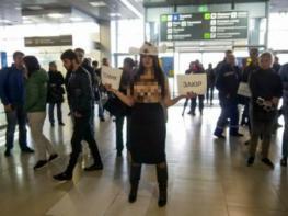Կիևի օդանավակայանում ադրբեջանցիներին դիմավորել է ոչխարի տեսքով ակտիվիստուհին (լուսանկար 16+)