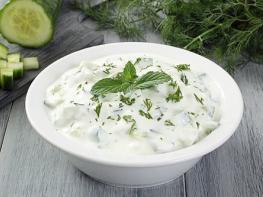 Тзатзики: знаменитая греческая закуска из огурцов и йогурта