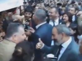 Երևանում գինու փառատոն է. Նիկոլ Փաշինյանը գինի է խմում քաղաքացիների հետ (տեսանյութեր)