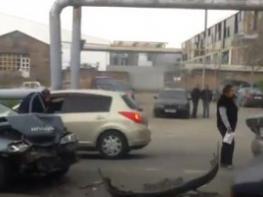 «Հեսա կտամ կմտնես էտ ավտոյի մեջ».Խոշոր վթար Երևանում․ Կին վարորդը հայհոյախառն վիճաբանում և քաշքշում է տղամարդ վարորդին  (տեսանյութ)